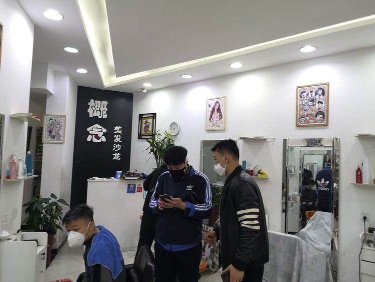 (张国宁和同事们在辖区内一家理发门店检查)