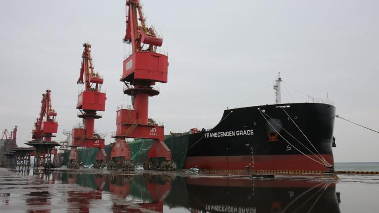 正在进行接卸作业的船舶