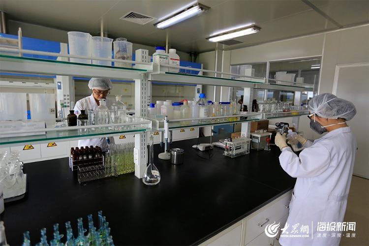 (圣元检测中心工作人员对原料、产品进行检测)