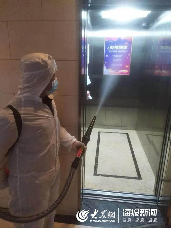 (工作人员正在对电梯进行消毒处理)