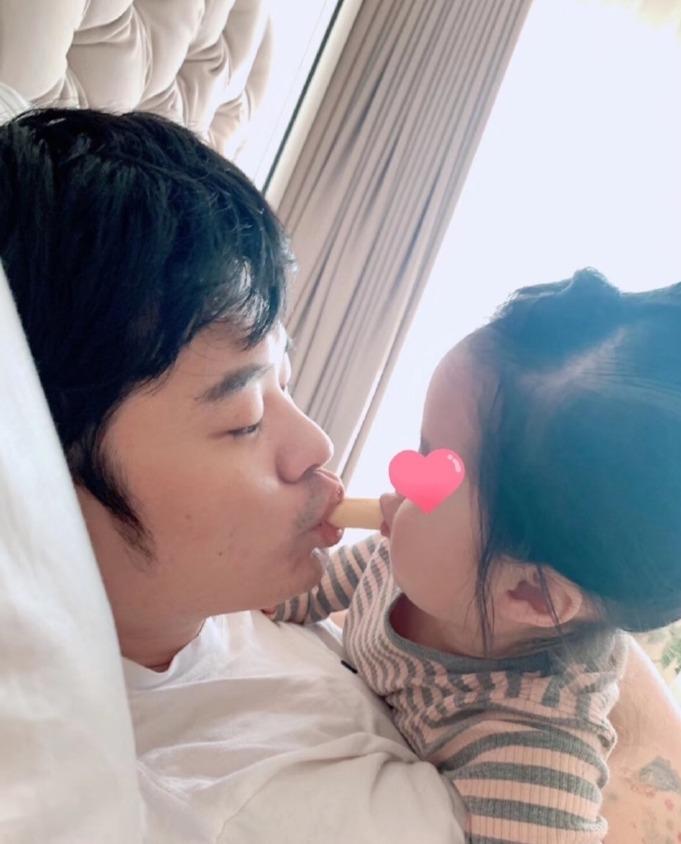 陈赫分享带娃日常 与女儿玩饼干亲亲