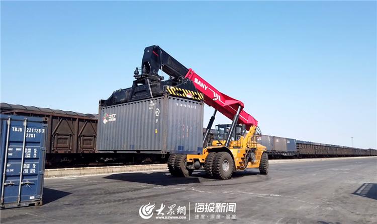 工程车将装满化肥的集装箱卸下火车