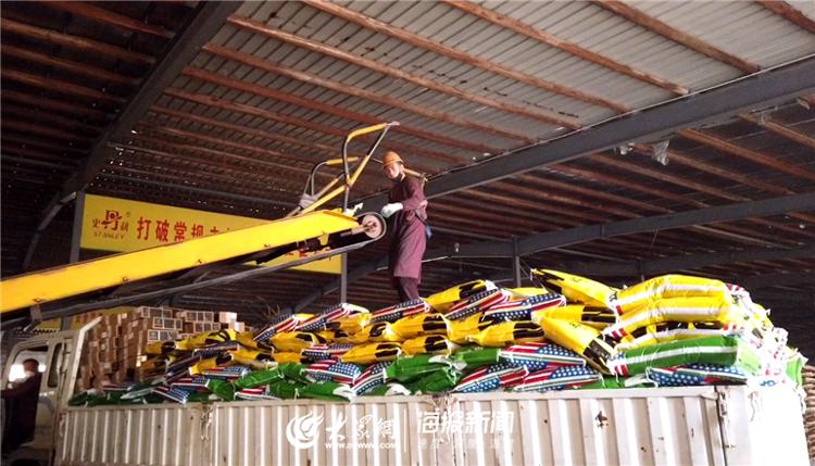 工人将生产好的化肥搬到货车上准备发出