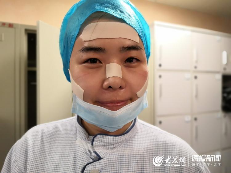"""【从病区出来,护目镜和口罩压得脸疼。吴梦梦脸上贴了几枚压疮贴,她说现在""""自带马赛克""""。】"""