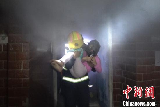 <b>地下室着火5人被困 新疆消防员冒浓烟救人</b>