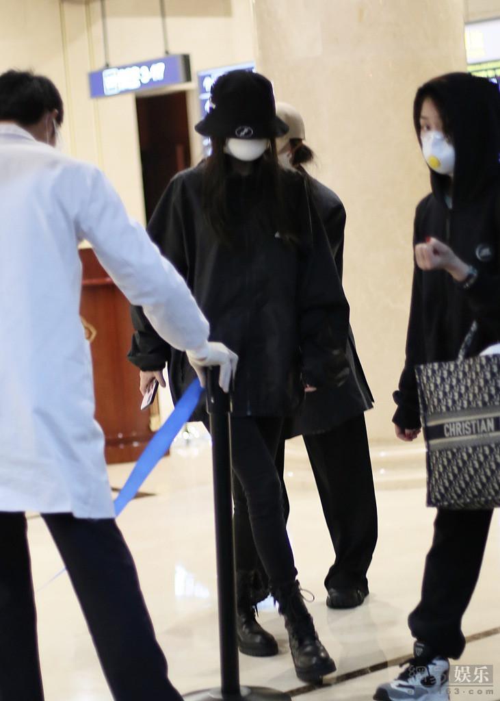 婴儿出现在机场,由特殊人员带领,用纤细的腿抓住镜子