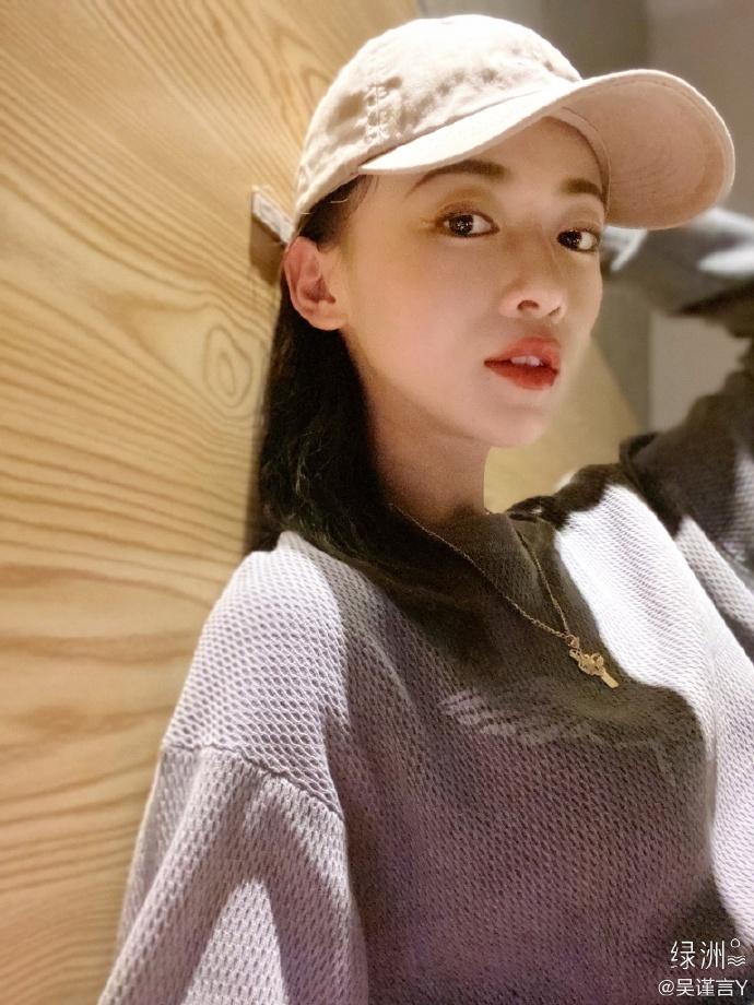 吴分享近期照片,戴棒球帽展现超级魅力