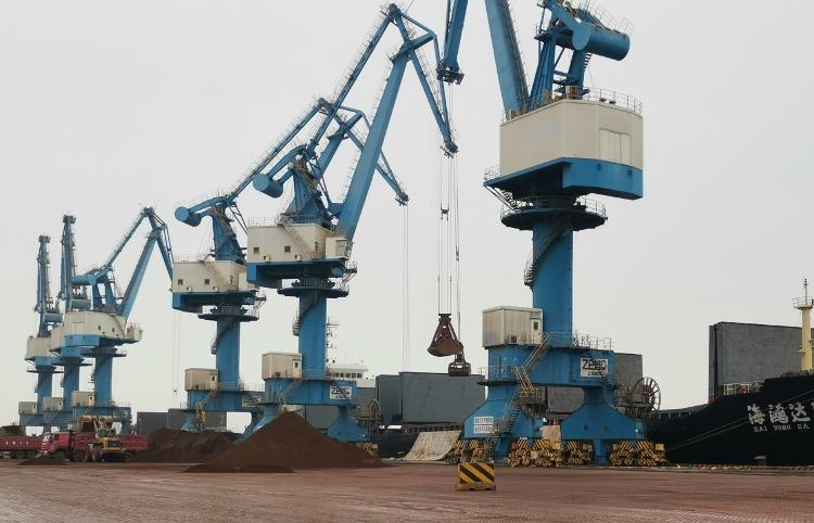 『大众网·海报新闻』同期增长435.8%!?山东港口潍坊港铁矿吞吐量再创新记录