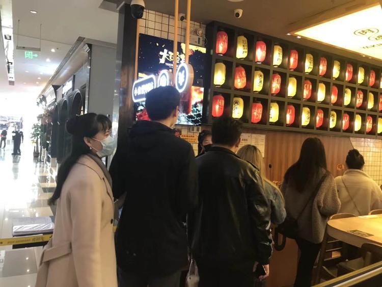 """『大众网·海报新闻』 个别餐厅生意已恢复了70%,济南餐饮业逐渐""""苏醒""""火锅烤肉最受欢迎"""