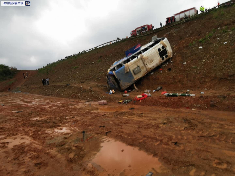 江西景德镇一客运中巴车发生侧翻已致6死12伤