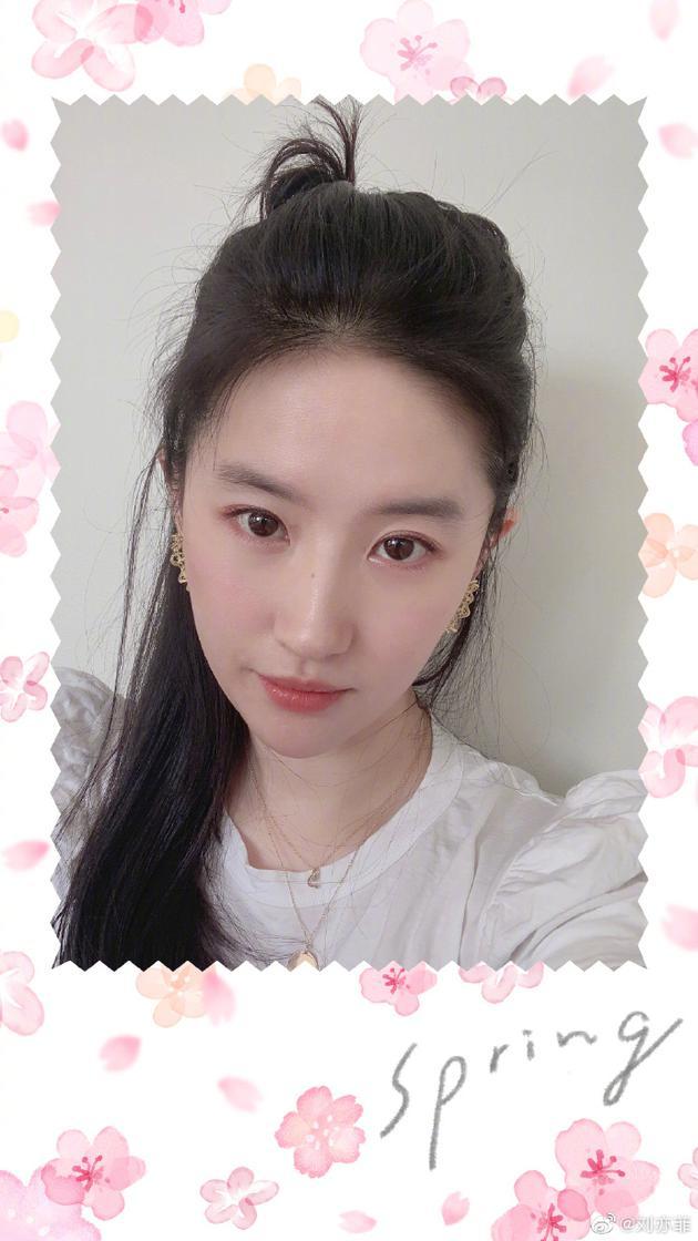 网易娱乐■在线安利瑜伽课超用心,刘亦菲晒自拍肌肤粉嫩透亮