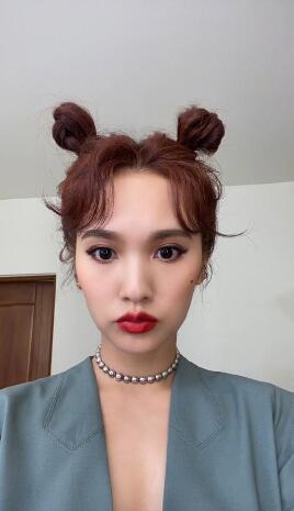 杨丞琳梳鬼马哪吒头造型搭红唇妆容俏皮不失性感
