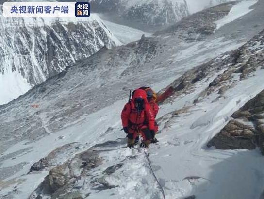 2020珠(zhu)峰高程測(ce)量登山隊you)蘼lu)至海拔8600米位置