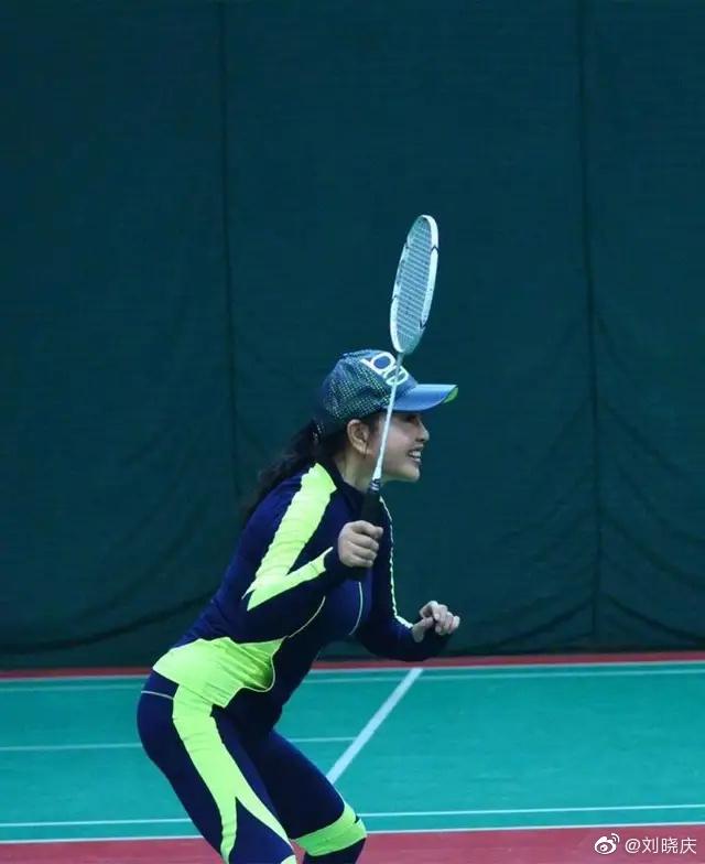 刘晓庆与鲍春来打羽毛球身姿矫健状态好