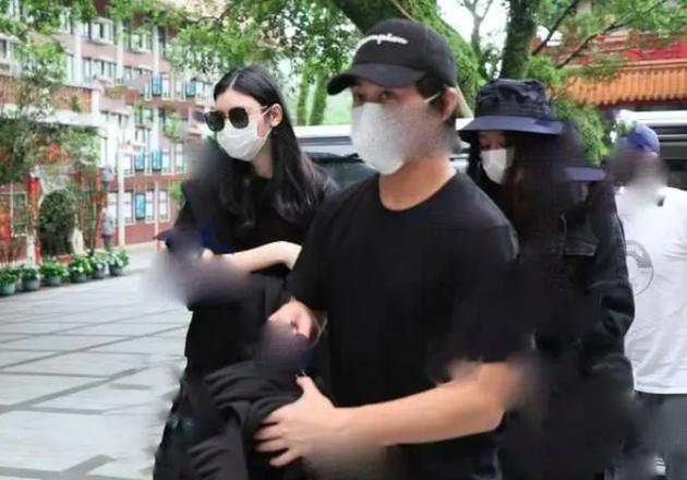 中国青年网:全程黑脸无交流,何猷君何超莲互相取关后现身