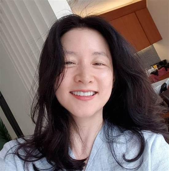 49岁李英爱真实素颜曝光 晒自拍无惧眼纹露灿笑