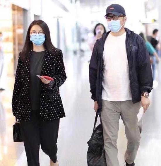 李湘晒与老公王岳伦机场照 幽默发文回应身材质疑