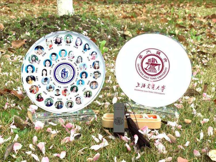 """上海交通大学:为毕业生制作了""""水晶毕业照"""""""