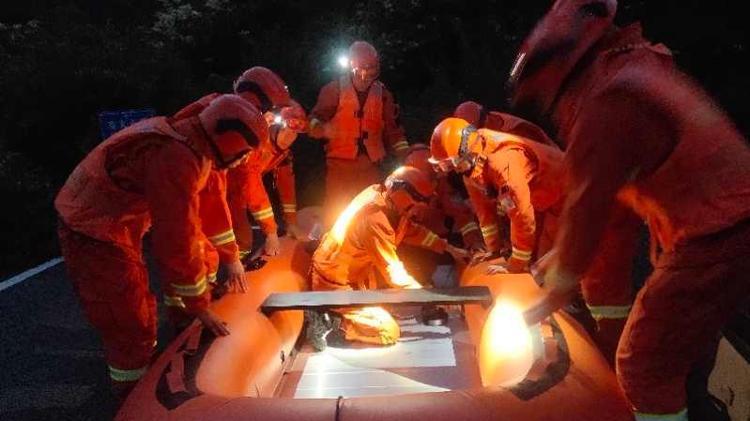 九寨沟景区发生道路塌方6名被困游客安全转移