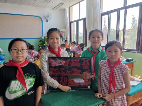 蓬莱市第二实验小学家校联袂共育剪纸小巧手