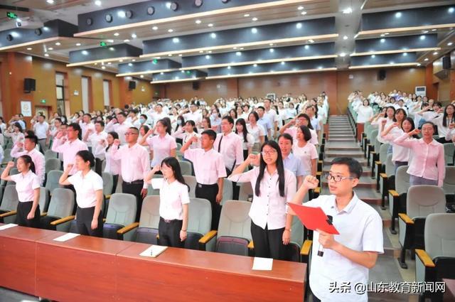 青岛市教育局举行2020年新教师宣誓仪式暨最美教师事迹报告会