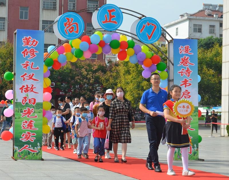 """日照五莲县实验学校举行了以""""做最美的叶子""""新生入学典礼"""