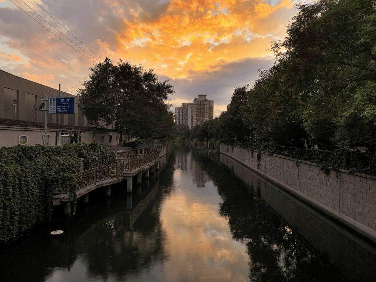 北京日报客户端|美!雨后北京,晚霞与彩虹交辉