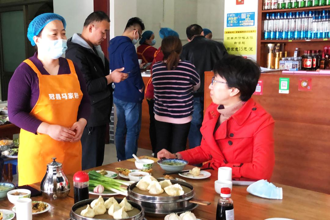 时任聊城市委副书记、代市长的李长萍走进包子铺消费。