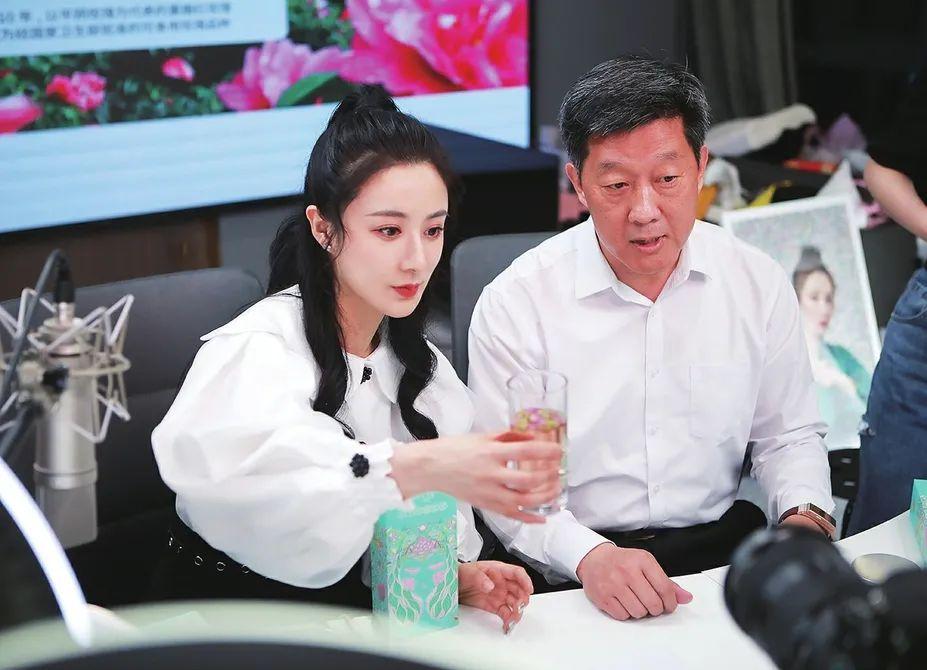 平阴县副县长张军与薇娅共同推介平阴玫瑰产品。