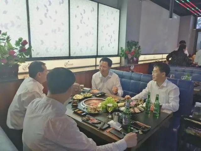 潍坊市委书记惠新安下馆子吃烤肉。