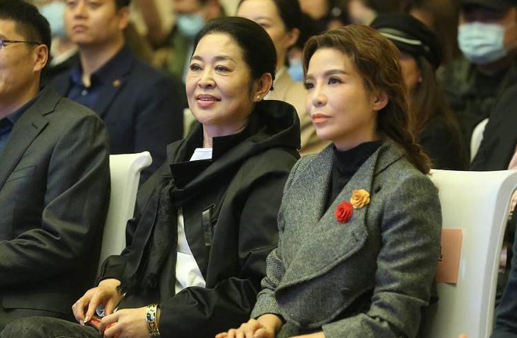 61岁倪萍和朱迅同框 尼格买提撒贝宁热聊