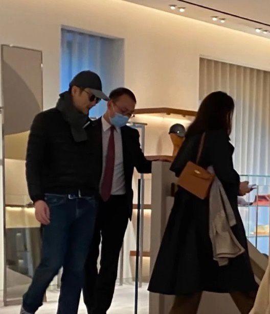 袁咏仪现身奢侈品店买包 张智霖全程陪老婆好宠溺