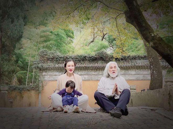 张纪中夫妇带娃幸福出游 一家三口同框好似三代人