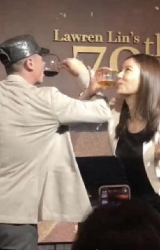 喝交杯酒秀恩爱!林心如霍建华合体出席林爸寿宴