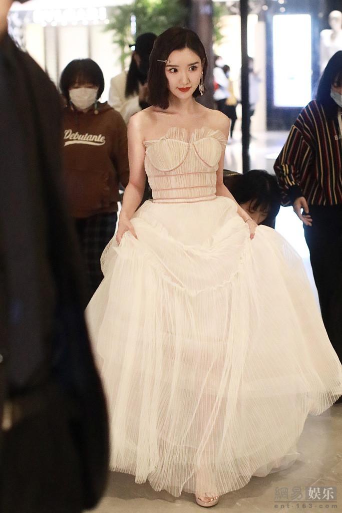 毛晓彤身穿白纱裙美艳动人 裹外套清纯可爱