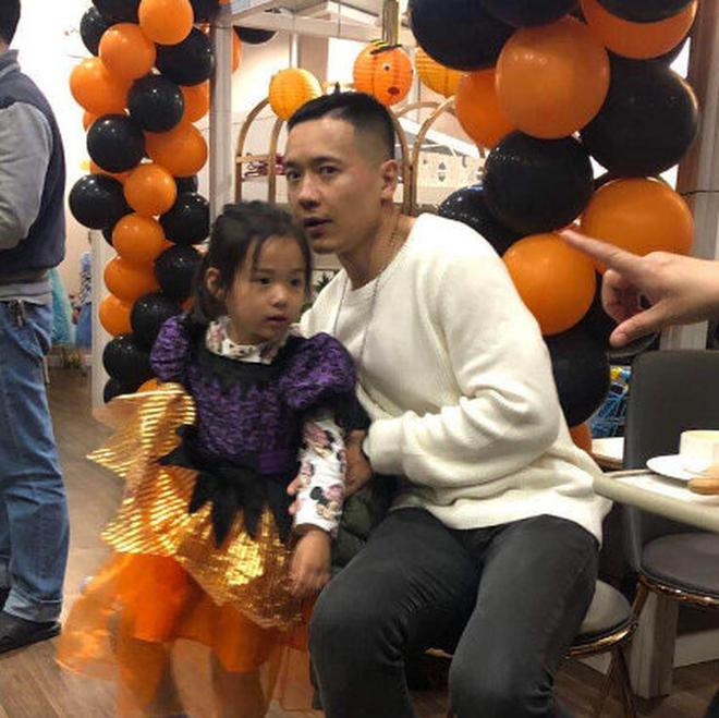 离婚了还是好爸爸!高云翔带女儿去了董璇餐馆