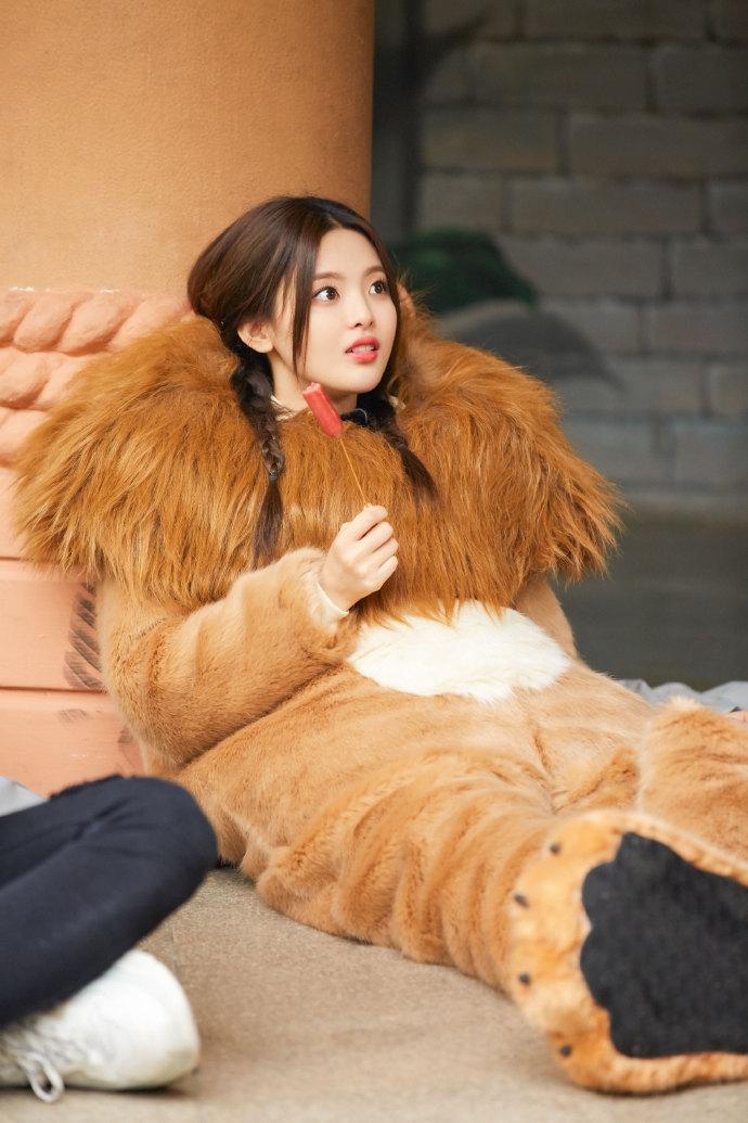 "YCY改成""小奶狮"" 吃香肠 表情可爱"