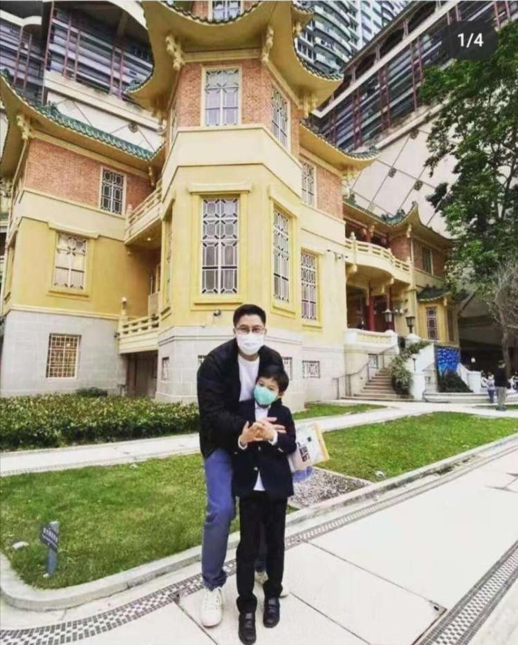 霍带着儿子去旅游 享受亲子时光 父子打扮优雅