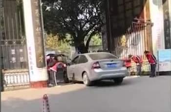 四川一中学学生列队鞠躬迎老师开车入校,当地回应