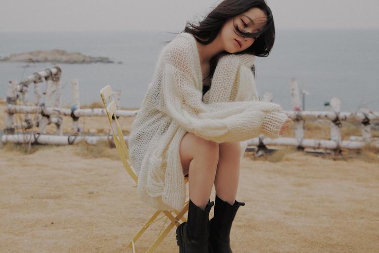 欧阳娜娜不惧寒冷海边穿吊带配开衫半露香肩