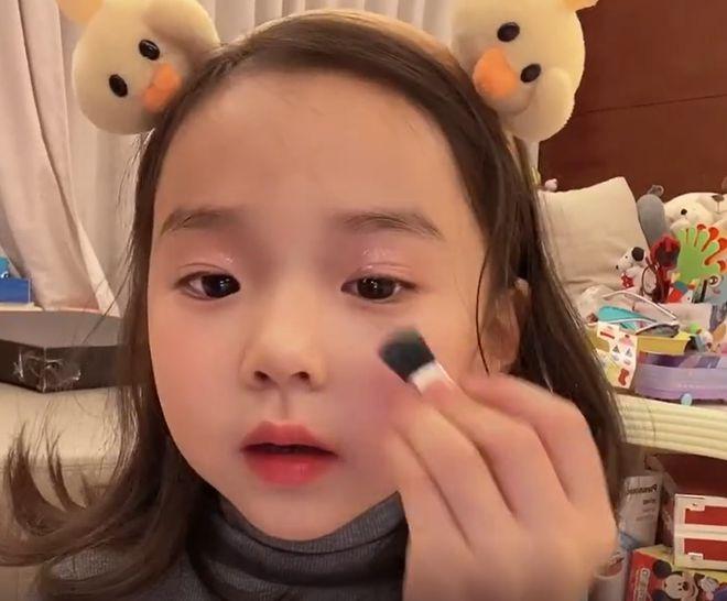 """东安4岁的女儿自己的妆容恶臭自称为""""翻车现场"""""""