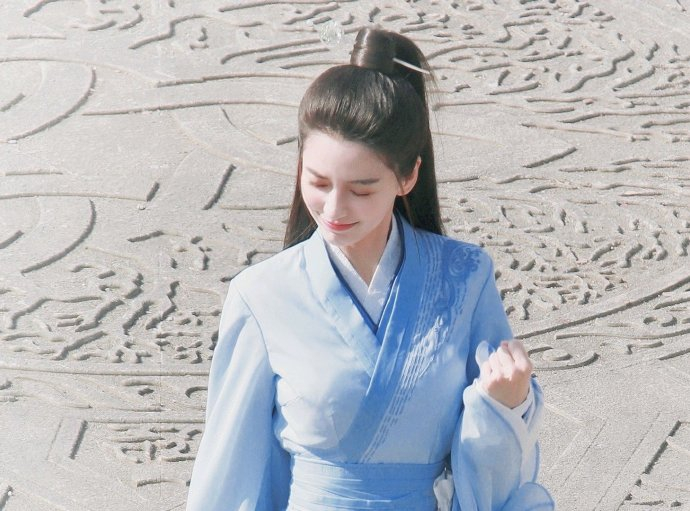Baby新剧路透社曝光蓝色裙子清新的笑花一样