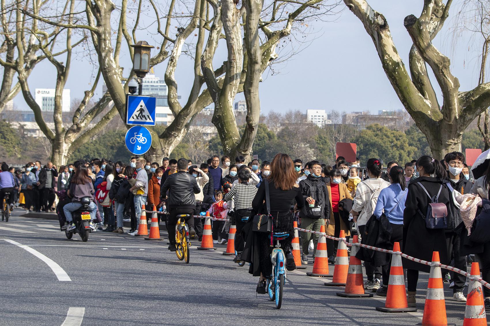 2021年2月14日,浙江杭州,市民游客游西湖。