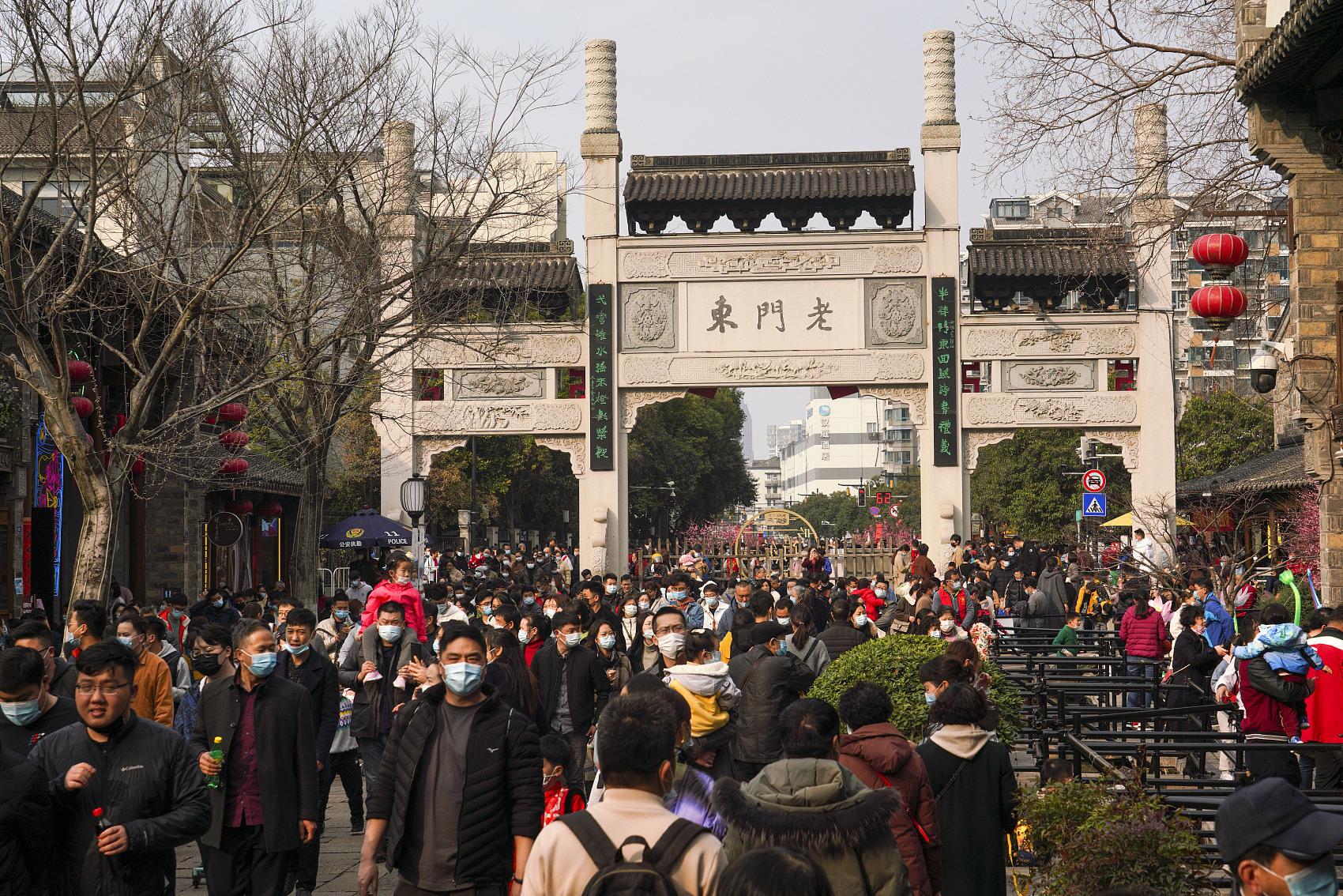 2021年2月14日,南京老门东景区游人如织。