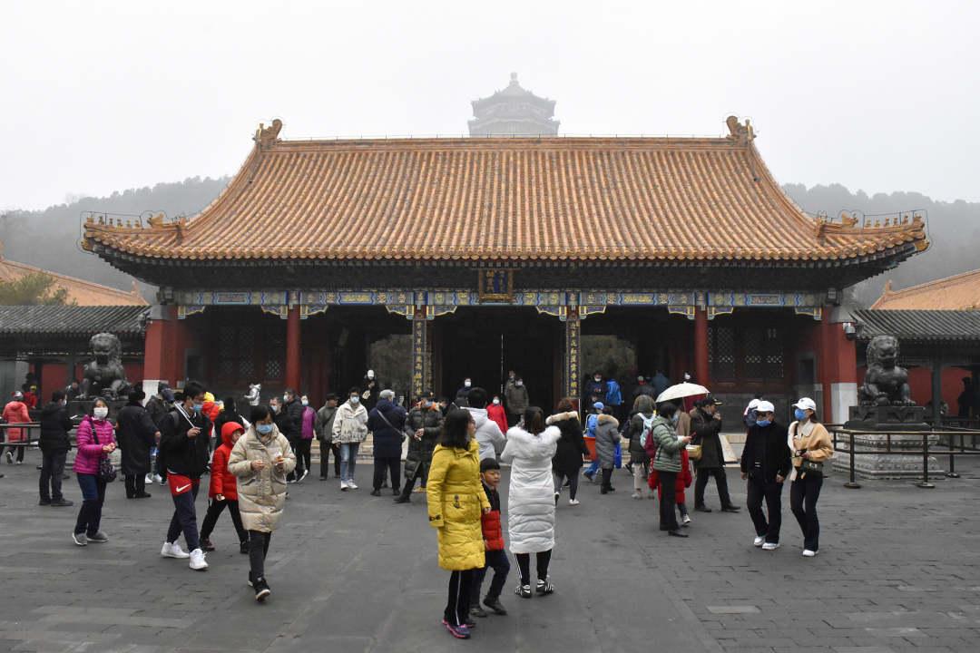 2021年2月14日,北京,大批游客冒雨在颐和园参观游览,热情不减。