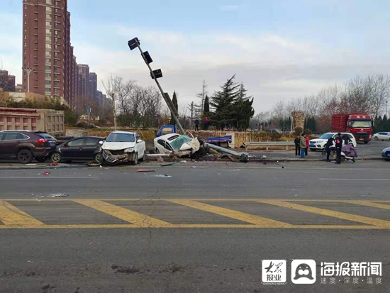 淄博两货车凌晨相撞失控,波及路边十多辆车