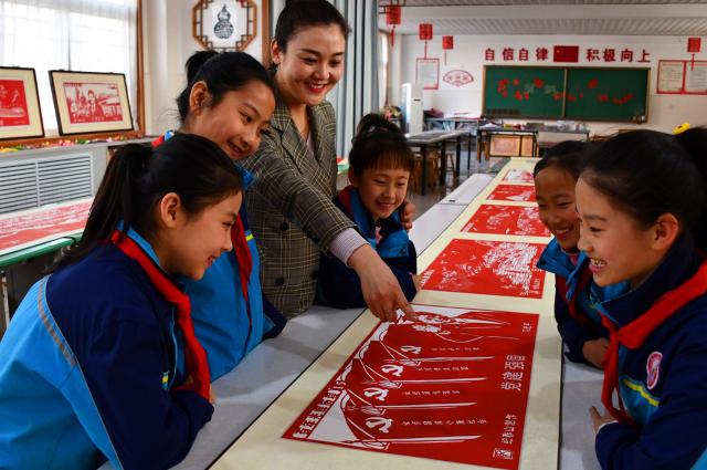 献礼建党100周年华诞 师生制作百米剪纸长卷