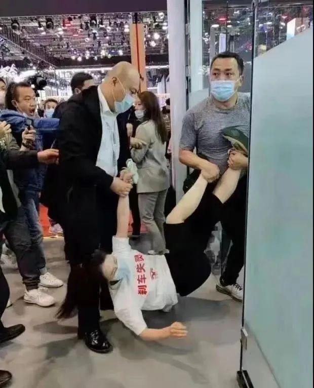 上海车展女子站车顶维权被抬走 到底谁能检测特斯拉?