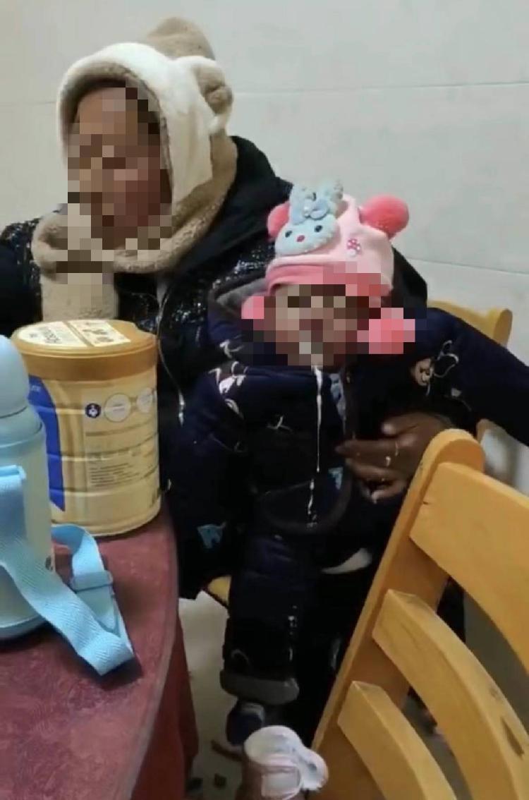 河南商丘一精神病女子带病儿流浪 当地妇联:女子曾拒绝救助,目前不知下落