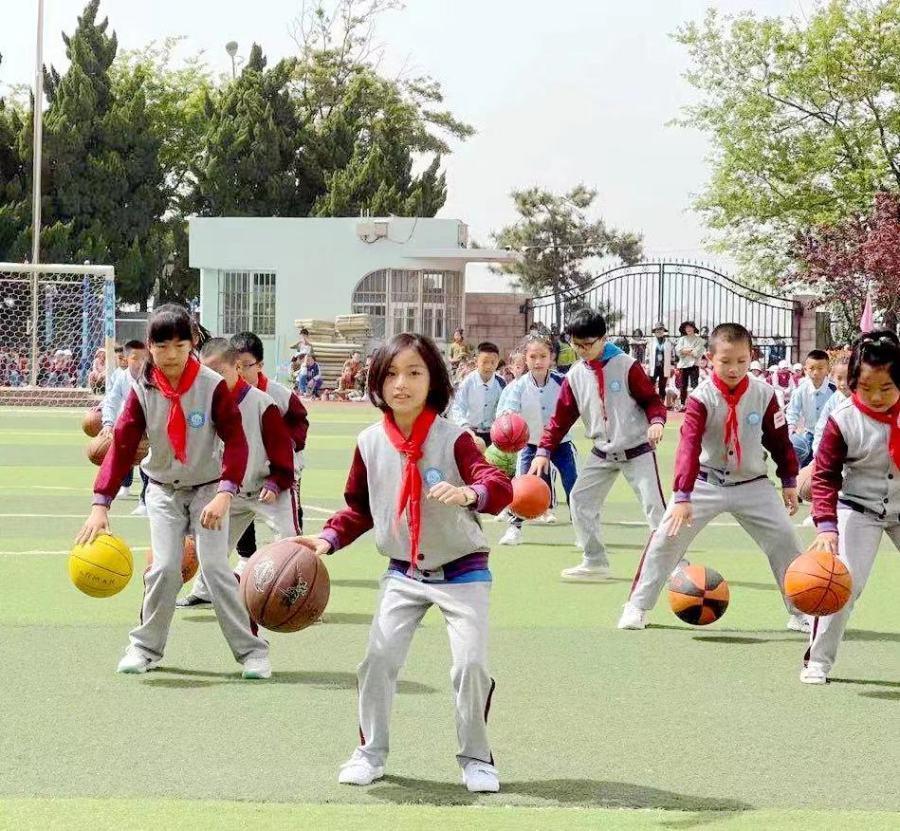 """青岛八大峡小学:少年激扬国防情 运动场上""""战味""""十足"""
